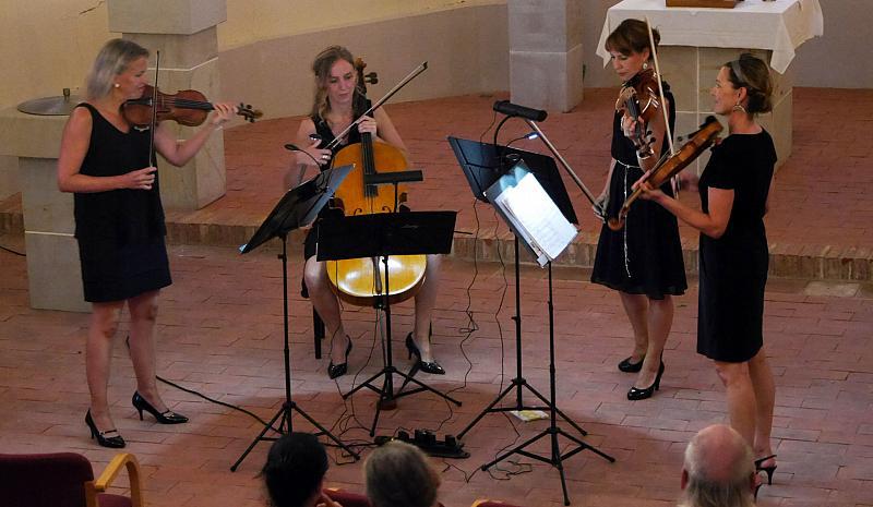 Die Ladystrings beim Konzert in der Dorfkirche von Lüchfeld